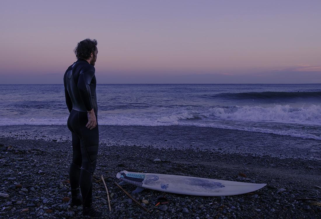 Surfer sulla spiaggia al crepuscolo by Tiziano L. U. Caviglia